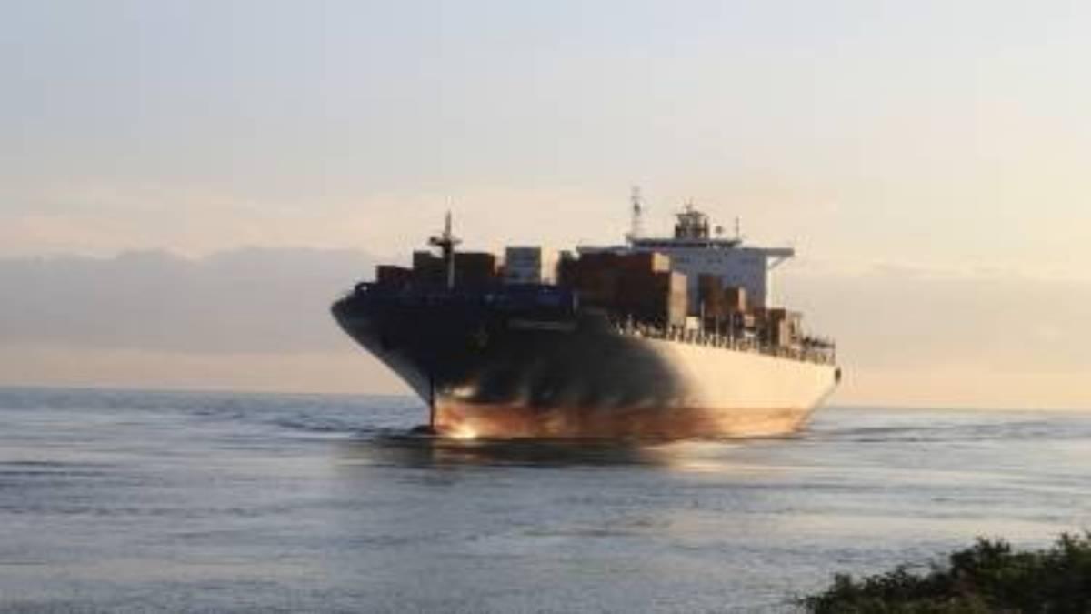 navio de containers no mar simbolizando o agenciamento de cargas internacionais e como importar mercadorias