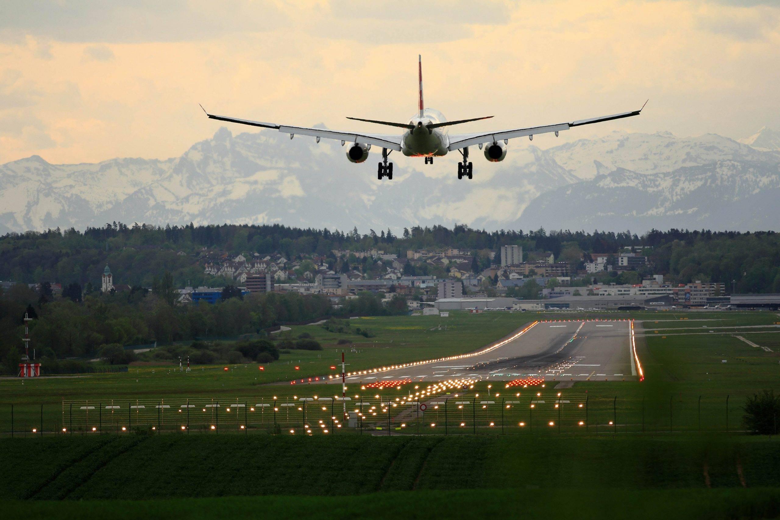 Avião de carga chegando no aeroporto em representação aos regimes aduaneiros especiais