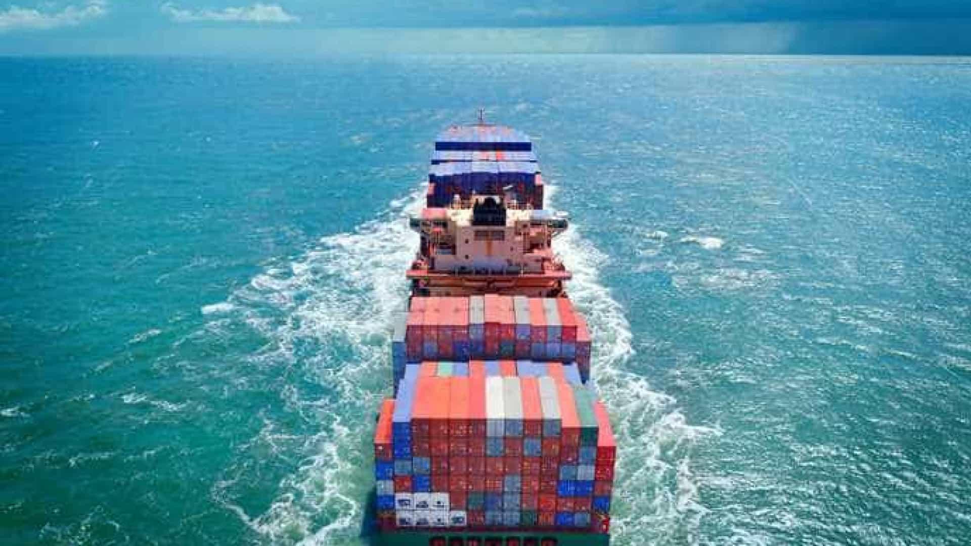navio de cargas no mar simbolizando o Incoterms 2020